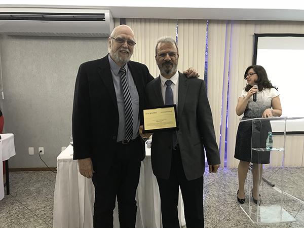 O novo presidente da Anprotec, José Alberto Sampaio Aranha, homenageia Jorge Audy, pelos seus dois anos na presidência da Associação, entre 2016 e 2017.