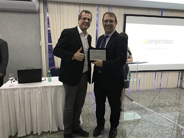 Francisco Saboya Albuquerque Neto, novo Vice-Presidente da Anprotec, entrega placa a Alex Jacobs, Diretor de Ambientes de Inovação durante o exercício 2016-17.