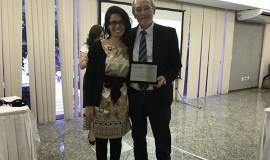 Gabriela C. Ferreira, eleita como Diretora Técnica, saúda Renato de Aquino Faria Nunes, Diretor Técnico da Anprotec durante os anos de 2016-17.
