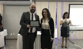 Tony Chierighini, Diretor de Administração e Finanças no período 2016-17, recebe homenagem de Emília Rosângela Pires da Silva Franco, nova Diretora de Administração e Finanças.