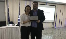 Gisa Bassalo, eleita Diretora de Redes e Associados, presta sua homenagem a Jardel Matos, Diretor de Redes e Associados durante o mandato 2016-17.