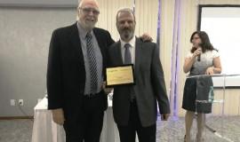 O novo presidente da Anprotec, José Alberto Aranha, homenageia Jorge Audy, pelos seus dois anos na presidência da Associação, entre 2016 e 2017.